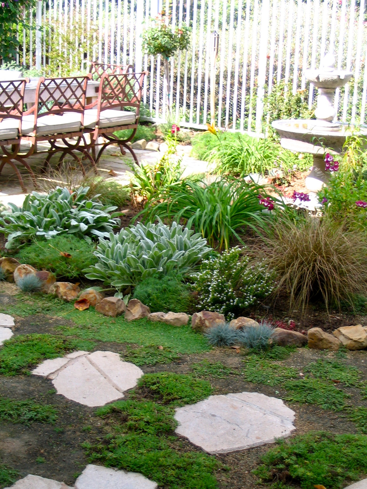 28 Tips For A Small Garden: Fountain Garden With Low Water Plants