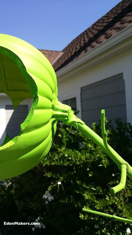 una-la-cabeza-de-calabaza-plástico-a-la-rama-con-pegamento-caliente-shirley-bovshow-diseñadora-de-jardínes-edenmakers-blog